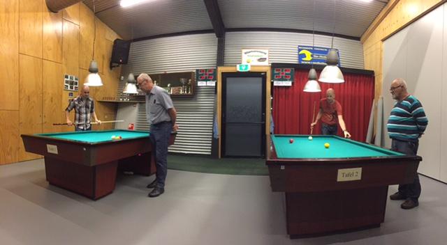 Terwijl rechts Angelo en Theo nog strijden om de 3e plaats, zien we links Maikel spelen tegen Jan.