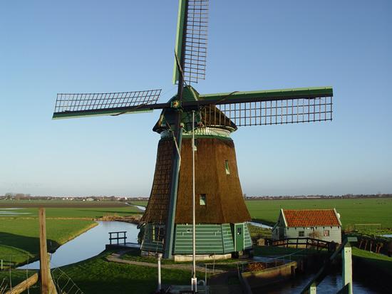 Ad Langedijk uit Blokker maakte deze opname van de molen op de Westfriese Dijk bij Schellinkhout (NH) op 8 januari 2007 bij stralend winterweer.