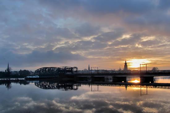 Hier zien we de prachtige zonsopkomst bij rivier de IJssel, met een mooie weer- spiegeling van de skyline van Zutphen in het bewegingsloze IJsselwater. (foto gemaakt door Carolien Bentink op 26 januari 2011).
