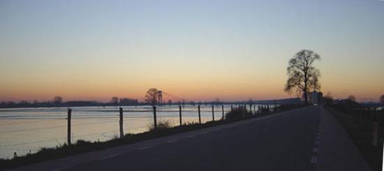 Foto van Tonnie Nieuwkoop uit Wijk bij Aalburg, genomen te Heusden op 11 juli 2004 bij de brug