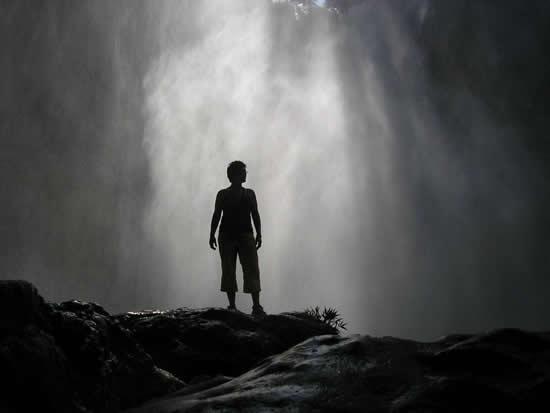 Een foto van Marij Biemans uit Zeeland, gemaakt tijdens haar vakantie in Mexico in augustus 2006. De waterval veroorzaakt een door de zon beschenen nevel en maakt samen met haar silhouet het plaatje compleet. Een bijzondere foto!