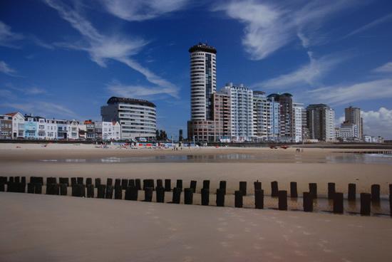 Midden in de herfst en dan zo'n plaat, met overigens prachtige cirrusbewolking, vanaf het strand van Vlissingen schieten. Ingezonden door Wim Janssen uit Mill en genomen op 14 oktober 2008.