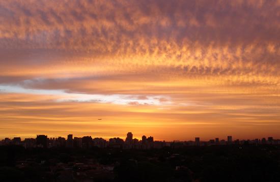 Zonsondergangen zijn populair. Hier de zonsondergang zoals Gravenaar Huub Willems deze vanuit zijn woning in Sao Poalo kon waarnemen (opname van 1 november 2010).