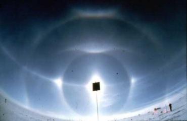 Complexe halo precies op de geografische Zuidpool in Antarctica met circum-zenitale boog en de bogen van Parry en Tape. Foto: G. Können, 2 januari 1998.