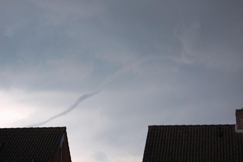 Sjef Brouwers uit Beers keek op 9 juli 2007 rond 14.00 uur bij toeval naar buiten en zag tot zijn grote verbazing deze slurf in noordwestelijke richting boven de huizen uit torenen. Kijk ook in de fotogalerij voor meer foto's van deze windhoos.
