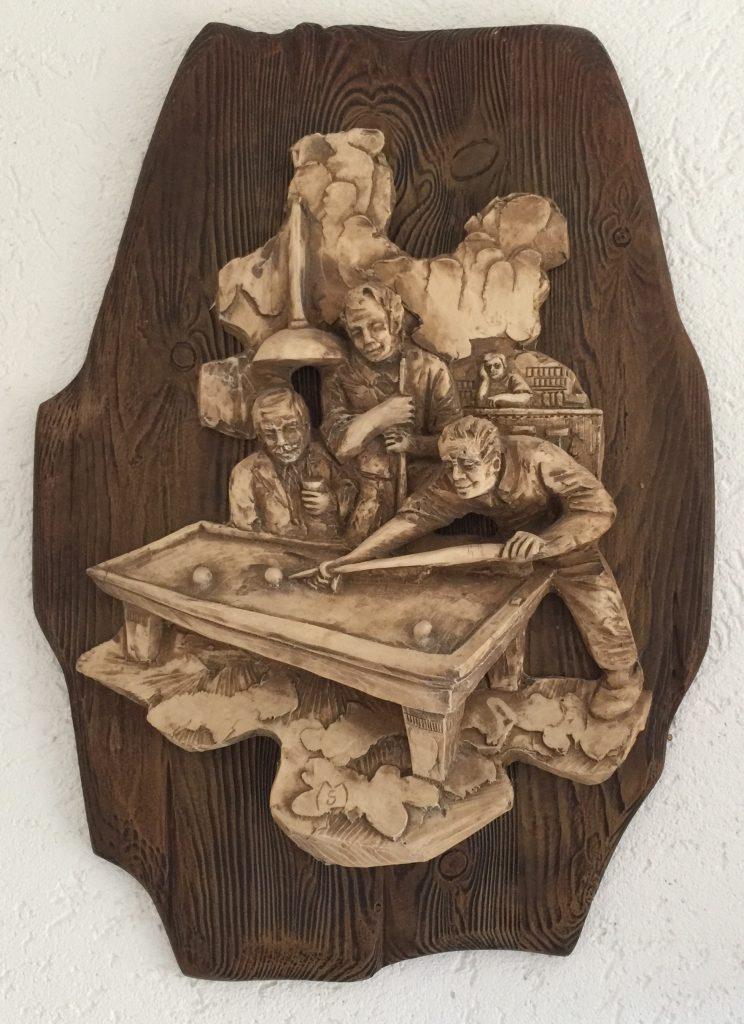 Een prachtig wandbord met 3D biljarttafereel in klei op hout.