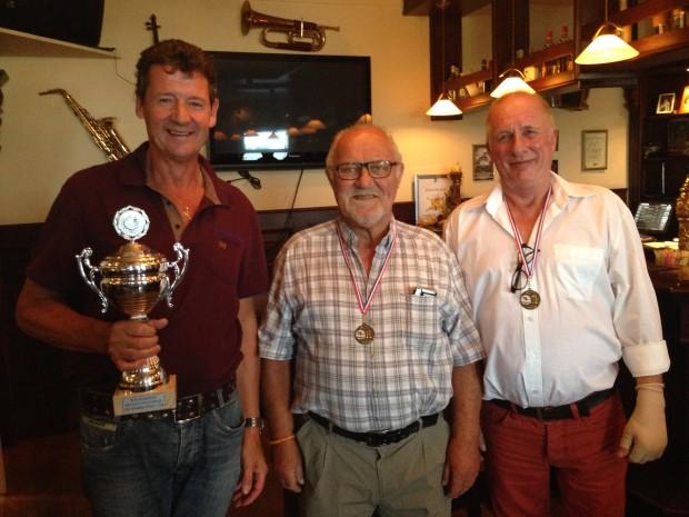 V.l.n.r. Harrie van Bommel (sportiefste speler van het toernooi), Henk van Kuppeveld (kampioen Bandstoten) en Marco van Zetten (kampioen Libre).