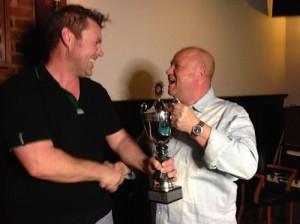 De kampioen van vorig jaar overhandigd de beker aan de kersverse kampioen John Eggenhuizen.