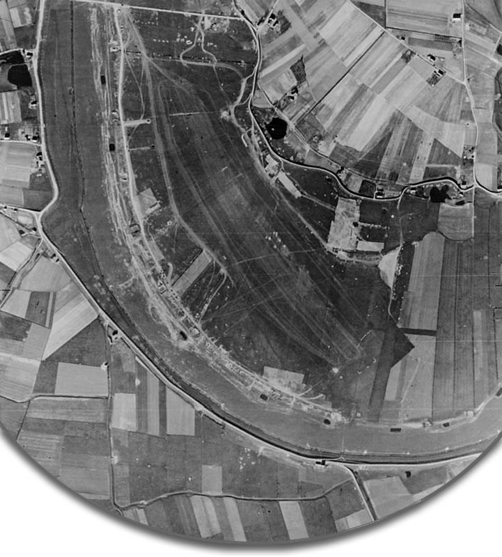 Luchtfoto van B.82 Grave, genomen enkele dagen na de spectaculaire bevoorradingsactie.