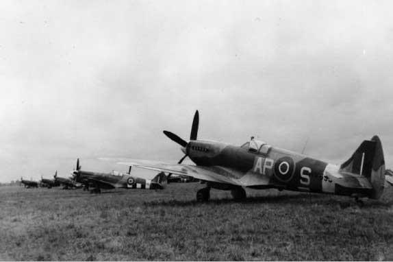 Supermarine Spitfire XIV  AP-S 130 squadron aan de rond op B.82 Grave.