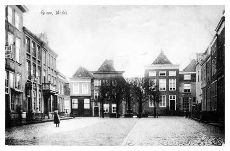 """Maar eerst gaan we vooraan in de Rogstraat rechtsaf de markt op, die in 1457 van de Gelderse hertog Arnoud het marktrecht ontving. Niet weg te denken is de oude stadspomp uit 1798 met zijn toenmaals oude en nu weer verjongde linden. Het hotel """"de Gouden Leeuw"""" links heeft deels een andere bestemming gekregen en enkele gevels zijn thans aangepast of gemoderniseerd, maar de intieme sfeer van het plein zal behouden blijven."""