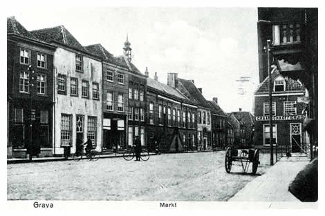 """Het westelijk gedeelte van de Markt is aan meer veranderingen onderhevig geweest. Voor een paar jaar brandde het Graafse koffiehuis van de heer Manders tot de grond toe af, bijna de Elisabethskerk met zich mee sleurend. Verdwenen zijn ook de grote huizen voorbij het stadhuis, waarbij het huis """"de Rozenkrans"""" opvalt."""