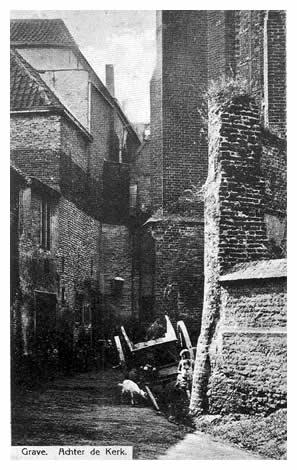 Achter het koor van de St. Elisabethskerk loopt een nauw straatje, waar vroeger enkele wevers in huisjes tussen de steunberen van de kerk beneden hun bedrijf uitoefenden en boven woonden.