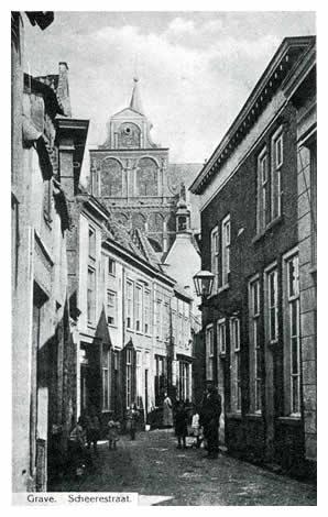 Terzijde van het stadhuis slaan we even een blik in het schilderachtige Scherestraatje. Omkijkend hebben we een mooi gezicht op de barokachtige gevel van de zuidelijke dwarsarm van de Elisabethskerk.