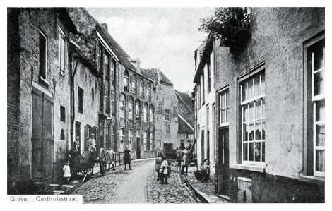 """Het kruispunt met de Brugstraat overstekend, komen we in de in een kromming liggende Gasthuisstraat met toen nog vele boerenbedrijven. Het grote witte pand in het midden uit 1575 herbergde het hotel """"het Witte Huis""""."""