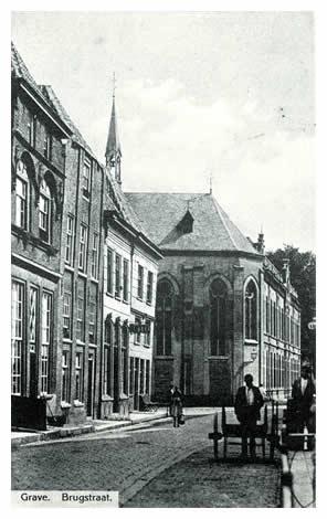 """Op de hoek van de Brugstraat en de Oliestraat staat de Wijnberg. Hier vestigden zich in 1848 een paar zusters van Liefde uit Tilburg, mede door de geldelijke steun van mejuffrouw Henriette de la Geneste. De eerste blinde meisjes werden opgenomen in 1882. Daarna volgde de ene uitbreiding na de andere, totdat in 1933 tot nieuwbouw werd overgegaan. In de Brugstraat zien we links een gevel van omtrent 1600 in de stijl van de laat- renaissance, met daarnaast de herberg, waar de leven van het """"Kolveniersgilde"""" (Cloveniersgilde) hun bijeenkomsten hielden."""