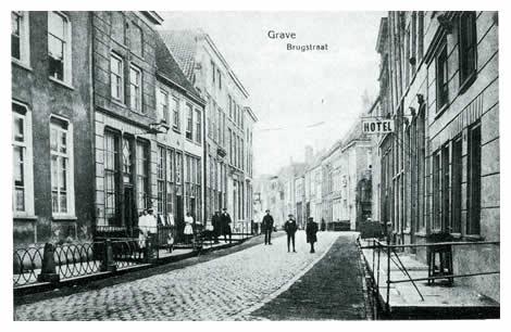 Vanuit de Brugstraat hebben we een mooi overzicht op het Graafse stratenplan de Klinkerstraat in, die toen zijn naam nog eer aandeed. Helemaal op de achtergrond duikt het torentje van het postkantoor op.