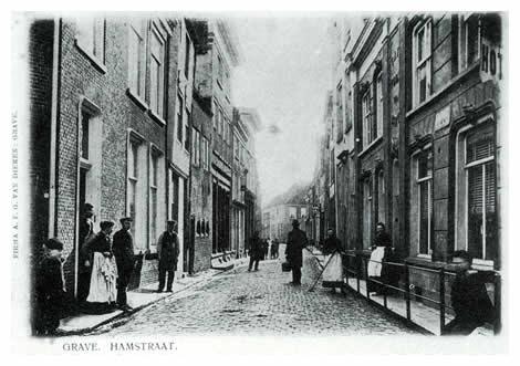 """Links afslaand komen we in de Hamstraat, die naar de weilanden buiten de hampoort voerde aan de zuidkant van de stad. Op de hoek van de Hamstraat en de Klinkerstraat staat het hotel """"de Poort van Kleef"""", en op het eind van de straat woonde J.A. Boreel de Maregnault, luitenant-generaal bij de marechaussee."""