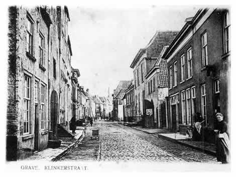 Op de hoek van de Hoofdsestraat wenden we ons nog eenmaal om voor een laatste blik in de Klinkerstraat met in de verte 't torentje van de Wijnberg.