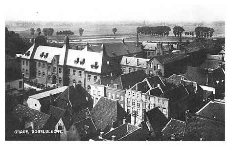 Een opname van het gebouwencomplex van St. Henricus, blindeninrichting voor jongens, in vogelvlucht. De fraters van Tilburg namen op 22 september 1859 alhier de zorg op zich van talloze blinde jongens., daartoe geldelijk in staat gesteld door de familie De la Geneste. Na het slopen van de vestingwerken werd het Oranjebastion er bij betrokken. Voortdurend had uitbreiding plaats, zo werd op 16 april 1932 de nieuwe voorvleugel aan de Hoofsestraat ingezegend. Door ruimtegebrek genoodzaakt ruilden tenslotte de fraters Grave voor Nijmegen op 21 maart 1966.