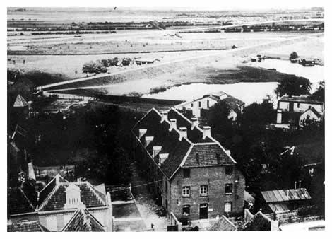 In de Infirmerie was het hospitaal van het Graafse garnizoen gevestigd. Vanaf het dak van de Elisabethskerk hebben we een mooi uitzicht over de Nieuwe Haven, die in de jaren 1893-1885 aangelegd werd als vluchthaven in verband met het slopen van de vestingwerken. Over de Nieuwe Keerdijk, die later de Koninginnedijk wordt genoemd, liggen een leerlooierij en een touwslagerij met zijn banen.