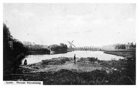 Een gedeelte van de westelijke vestinggracht bij de bolwerken Oranje en Kastele. De gesloten standaardkorenmolen, die behoorde aan Litjes, stond tot ongeveer 1890 bij de haven aan de Maas. na veel schade opgelopen te hebben in de jongste oorlog, bleek jammer genoeg herstel onmogelijk.