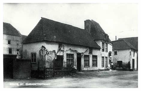 We wandelen verder de Elisabethstraat af en komen dan bij een paar zeer oude schilderachtige huisjes.