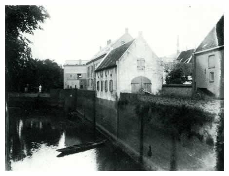 Bij de Oude Haven stond de zogenaamde Prinsenstal. Naar verluid waren de prinsen van Oranje het gewend om hier, met hun gevolg op doorreis of bij inspectie, hun paarden te stallen.