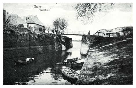 De monding van het riviertje de Raam deed dienst als Oude Haven. Een smal bruggetje geeft toegang tot het Bomvrije rechts, een voor die tijd bijna onneembaar geachte kazemat. Door het poortje links komen we weer in de Pauselijke Staat.