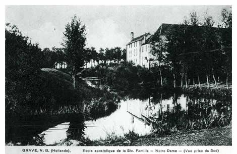 Buiten de Brugpoort stond de Gasthuisboerderij. De Franse paters stichtten hier in 1907 een bijgebouw in de vorm van een apostolische school, genaamd Notre Dame en toegewijd aan Onze Lieve Vrouwe van La Salette. De 140 leden van de kloostergemeenschap hadden in het Noorderblok te kampen met ruimtegebrek. Ook stond hier vroeger een blauwververij.