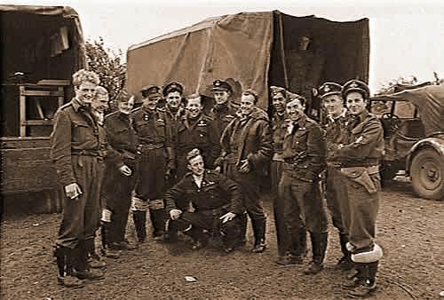 Een groepsfoto van 130 sq. grondpersoneel. (Deze foto is genomen op 23 oktober 1944)