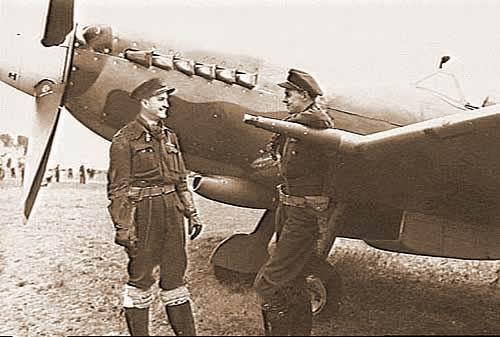 Twee piloten van 130 (Punjab) Squadron op de foto voor een nieuwe Spitfire XIV. (16 oktober 1944)