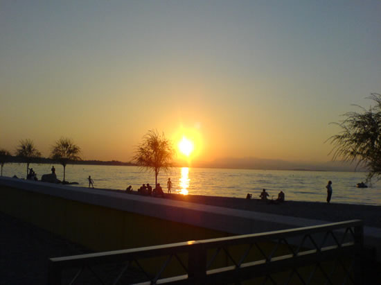 Willem Steinmann maakte deze foto van de zonsondergang aan het Gardameer in Italië. Foto genomen op 3 augustus 2008.