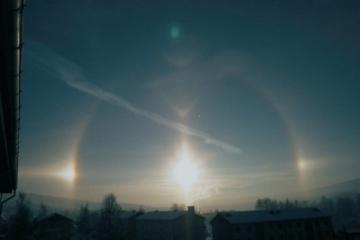 Menno Hoekstra fotografeerde op 21 januari 2002 in Lillehammer een halo met twee bijzonnen. Op dat moment er uit de vrijwel wolkenloze hemel kleine vlokjes poolsneeuw naar beneden. Tevens waren er condensstrepen van vliegtuigen en enkele licht wolken boven de horizon zichtbaar.