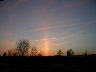 Lichtzuil boven de zon op 16 maart 2003 gefotografeerd door Jasper Schweppe.