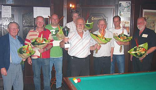 Links zien we de organisatie (v.l.n.r.): Karel Schel, Toon Bardoel, Piet van Haren en Jan Dunk. Vervolgens de laatste 4 (v.l.n.r.) Henk van Kuppeveld, Tiny Bardoel, Richard Geurden en Gijs van den Heuvel.
